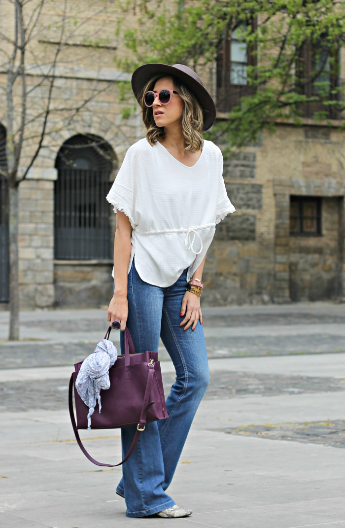 Como combinar una blusa blanca look and chic for Combinacion de color rosa